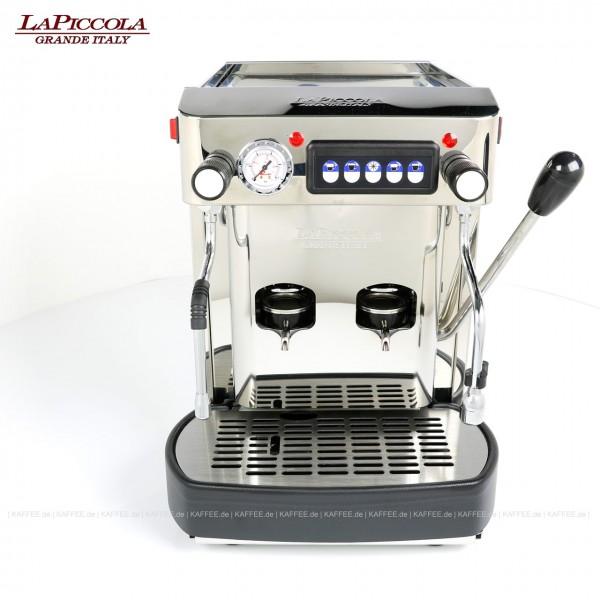 Espressomaschine für ESE-Pads (normal) mit zwei Brühgruppen (7g/7g), automatische Dosierung, Edelstahl mit Seitenteilen ebenfalls in Edelstahl, Milchaufschäumer und Wassertank. Die beiden Brühgruppen lassen sich mit nur einem Hebel bedienen. Diese Masc