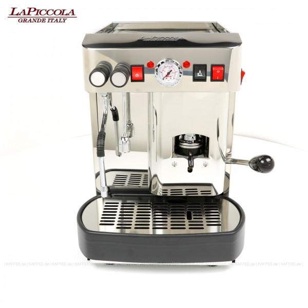 Espressomaschine für ESE-Pads mit einer Brühgruppe (7g), manuelle Dosierung, Edelstahl mit Seitenteilen ebenfalls in Edelstahl, Milchaufschäumer und Wassertank Diese Maschine ist in weiteren Ausführungen erhältlich: zum Beispiel mit anderer Brühgruppe